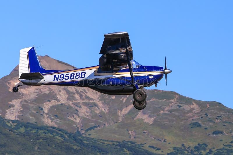 飞行蓝天的阿拉斯加的布什飞机 免版税库存照片