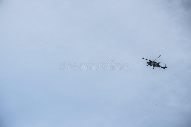 飞行蓝天的阿曼dhofar区域军用直升机 库存照片