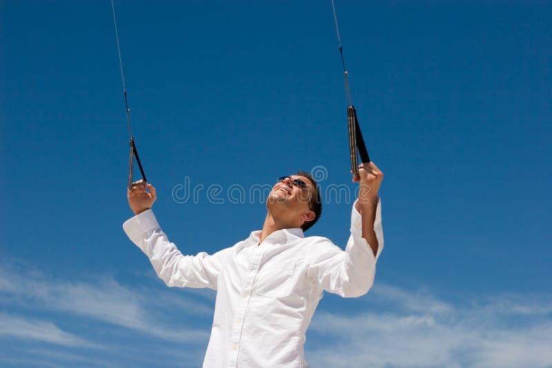 飞行风筝人特技年轻人 库存照片
