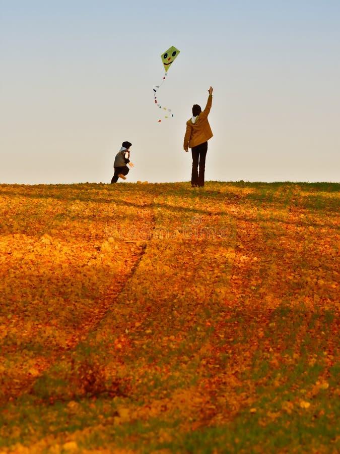 飞行风筝母亲儿子 库存图片