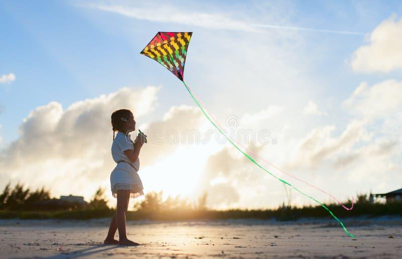 飞行风筝的小女孩 图库摄影