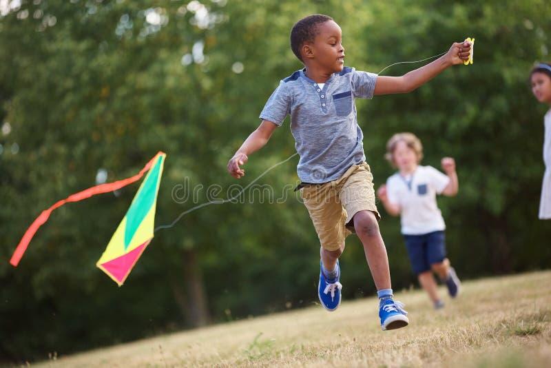 飞行风筝的非洲人 图库摄影