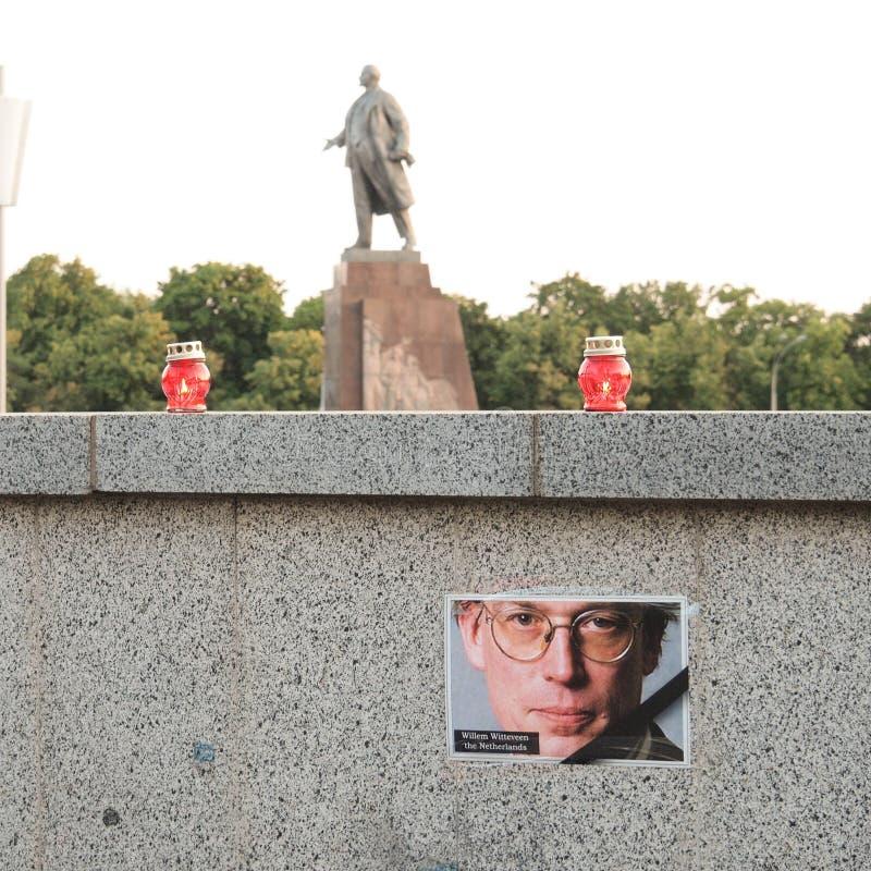 飞行MH17的受害者的安灵祢撒 崩溃的受害者在纪念碑背景的由列宁的苏维埃革命家的 免版税图库摄影