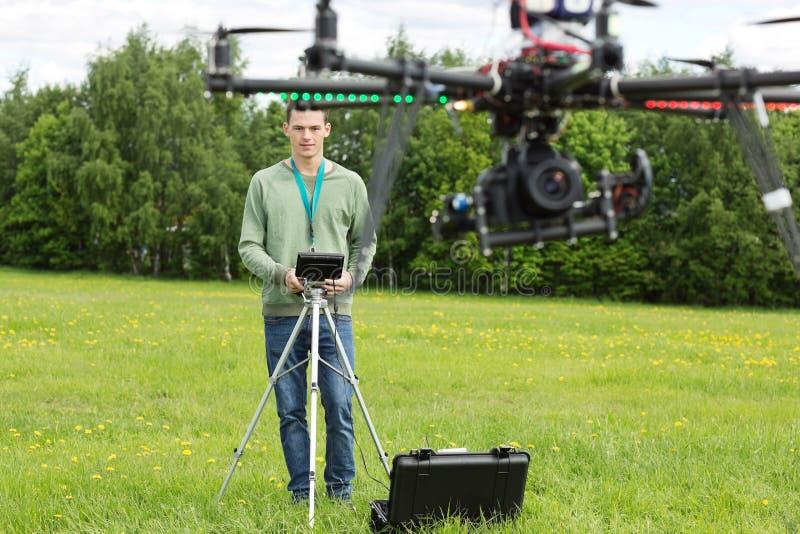 飞行UAV直升机的技术员 免版税图库摄影