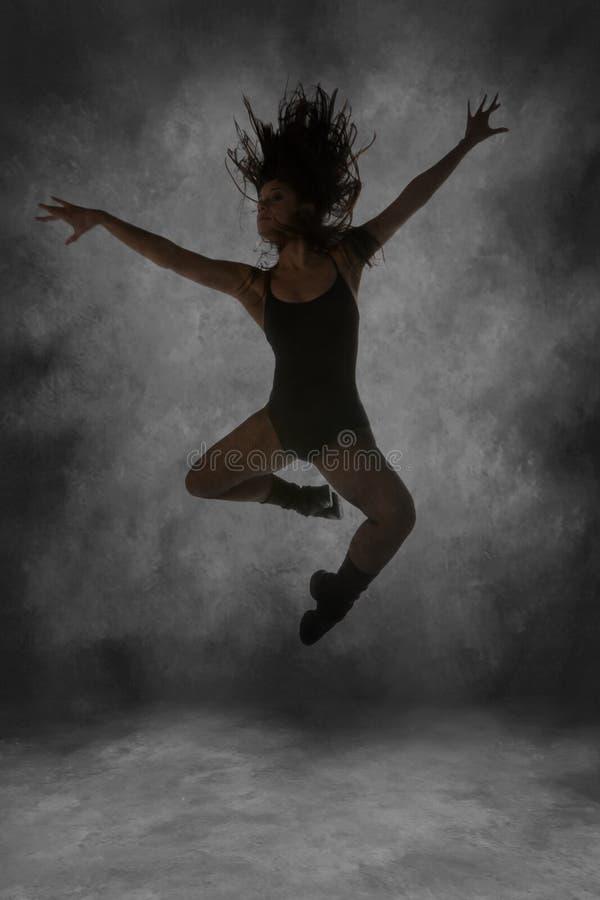 飞跃中间街道年轻人的航空舞蹈演员 免版税库存图片