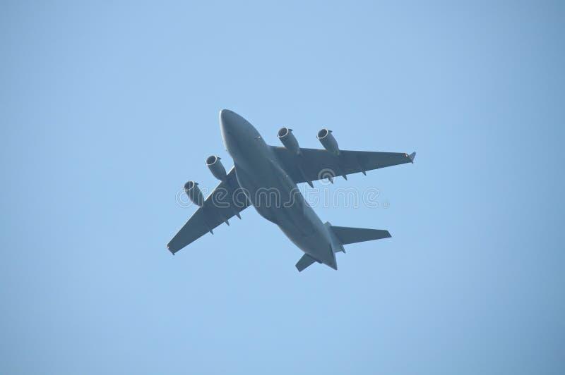 飞过军用的货机 免版税库存照片