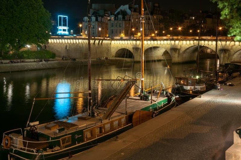 飞过河岸的船库塞纳河在夜之前 巴黎 法国 库存照片