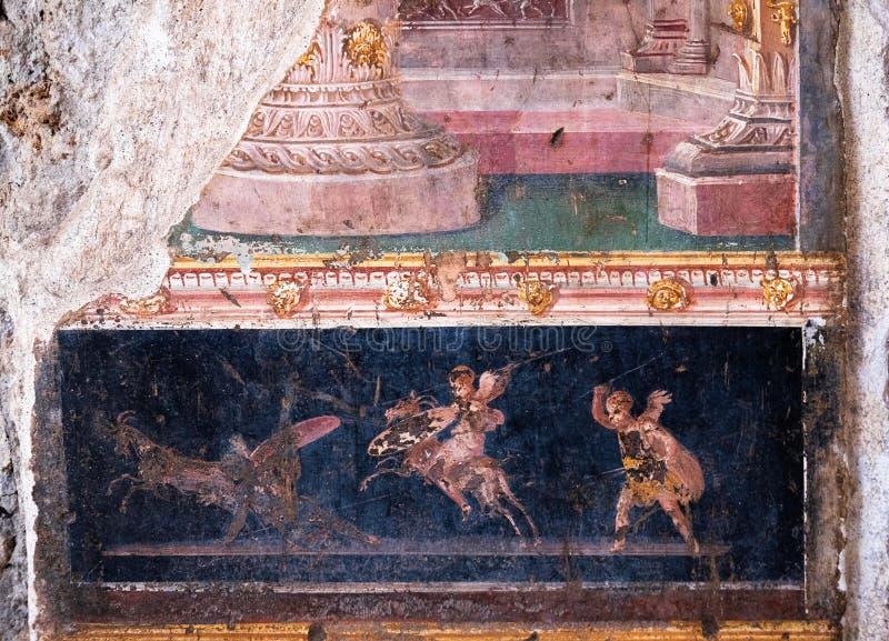 飞过的丘比特在庞贝城战斗,古罗马的小神 免版税库存照片