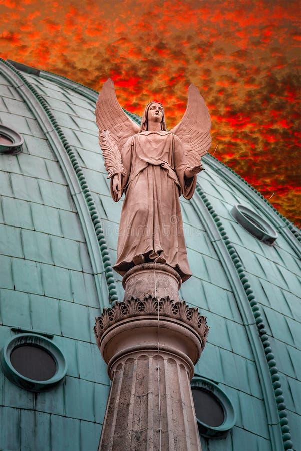 飞过的天使雕象在福音派教会圣徒尼古拉的su的 库存照片