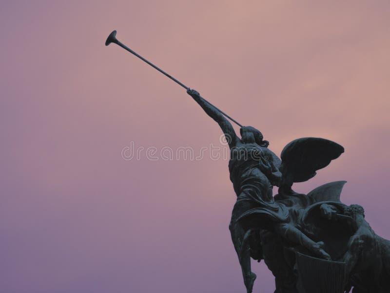 飞过的胜利的雕象 库存照片