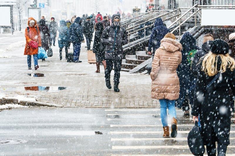 飞雪在一个城市环境里 仓促人群 库存图片