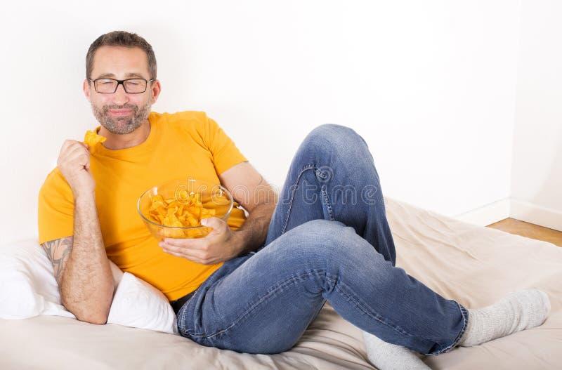 食人的土豆片 免版税库存照片