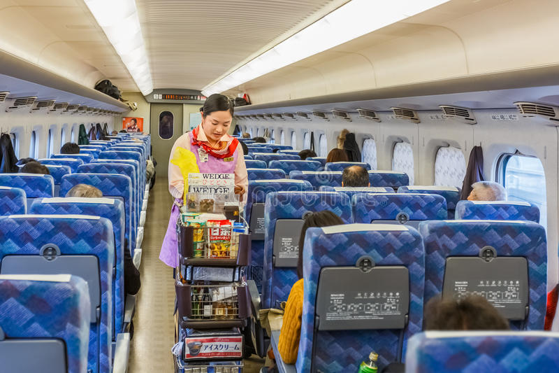 食品供应在Hikari Shinkansen 库存照片
