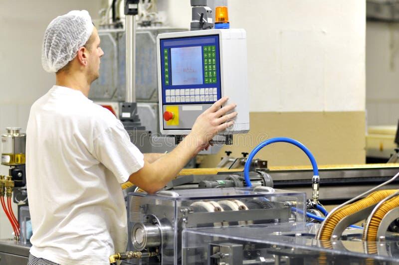 食品工业-饼干生产在传动机的一家工厂是 免版税库存照片