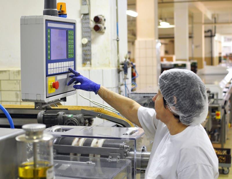 食品工业-饼干生产在传动机的一家工厂是 免版税图库摄影
