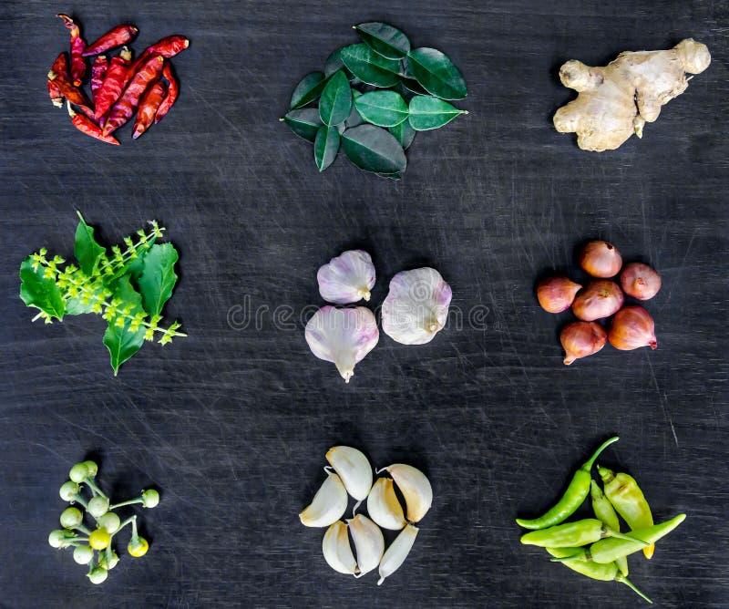 食品成分和调味品顶视图在桌上 免版税库存图片