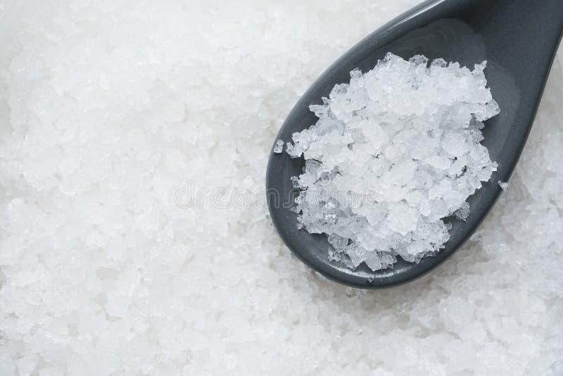食品成分的水晶海盐在匙子 免版税库存照片