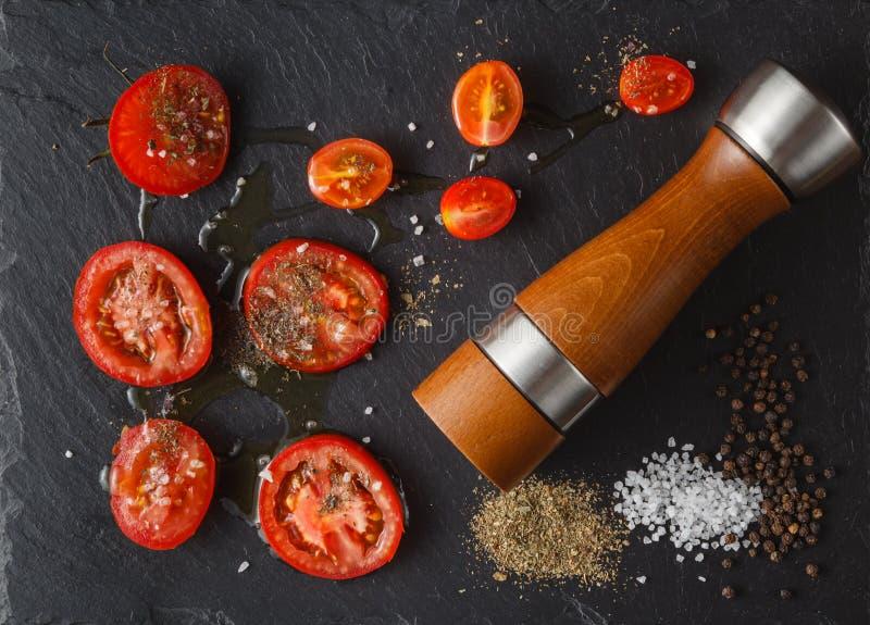 食品成分:蕃茄和盐在黑板岩石头 上面fl 库存照片