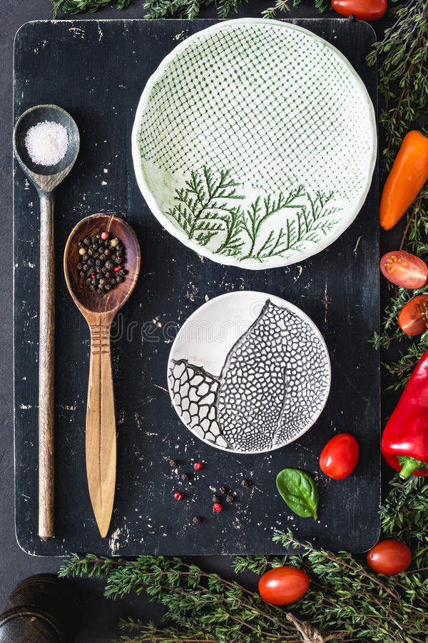 食品成分:香料、盐、vegetebles、草本、匙子和板材 免版税库存图片