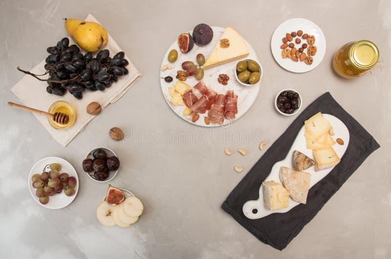 食品组成乳酪盘子用乳酪,干肉,各种各样的fr 免版税图库摄影