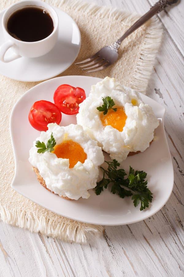 食家早餐:鸡蛋Orsini和咖啡特写镜头 垂直 免版税库存照片
