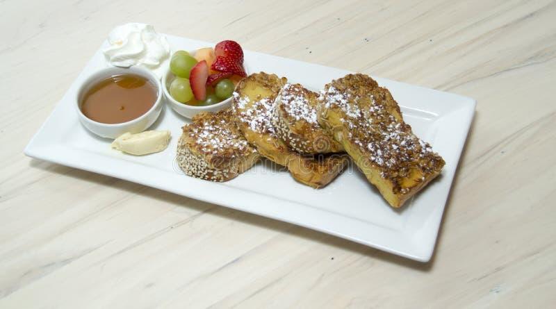 食家法式多士早餐用果子 免版税库存照片