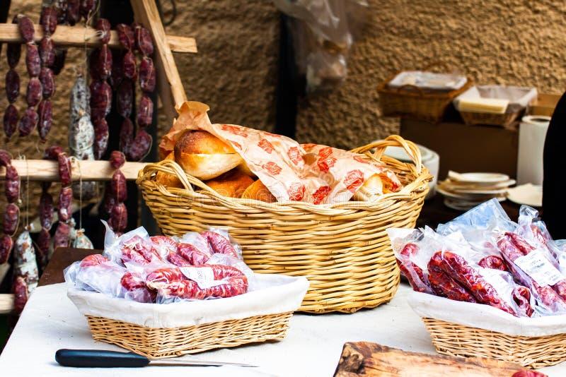食家美食术、蒜味咸腊肠、风干香肠和工匠面包 免版税库存照片