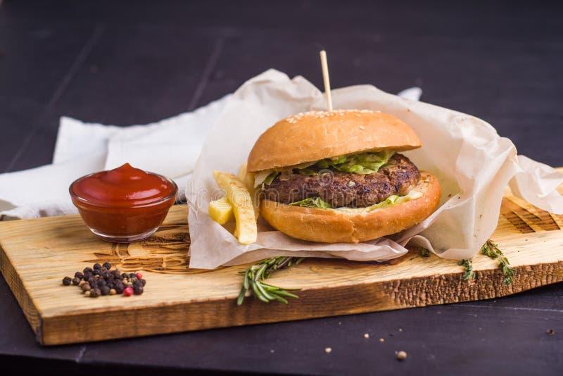 食家自创汉堡与装饰 库存图片