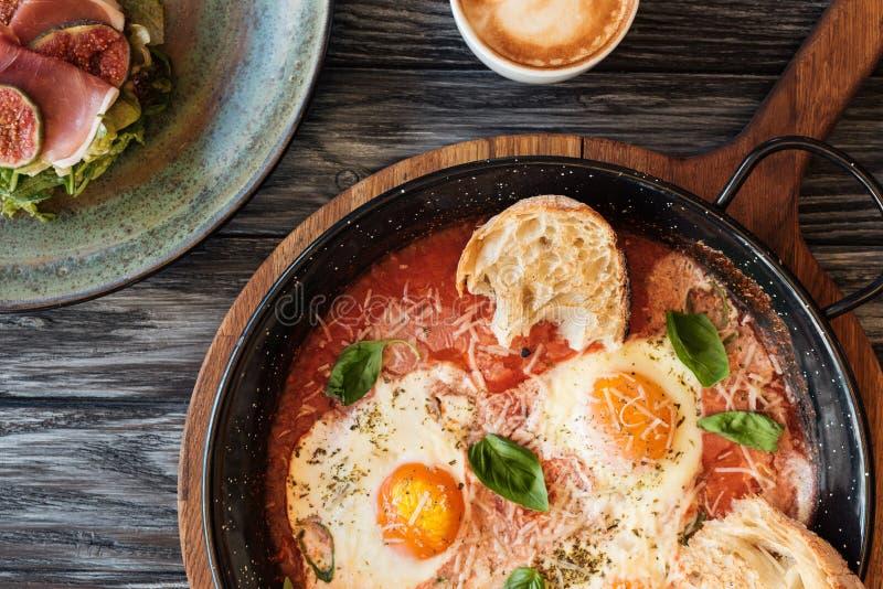 食家顶视图烤了鸡蛋和杯子热奶咖啡 免版税库存照片