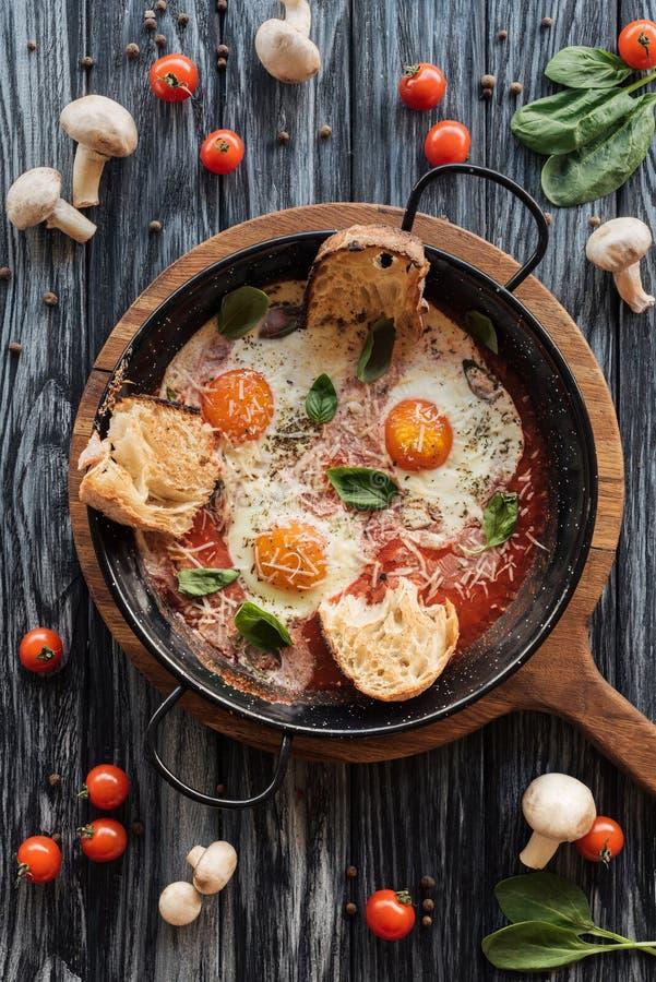 食家顶视图烤了鸡蛋用乳酪和新鲜蔬菜 库存照片