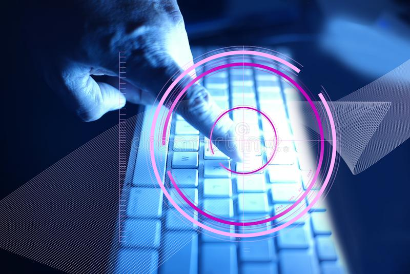 食指在手指附近接触有全球网络连接技术象的键盘 与 免版税图库摄影