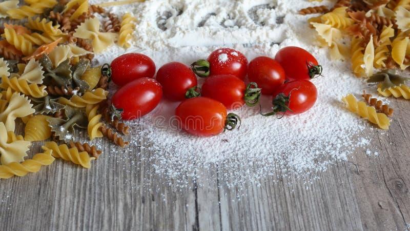 食物、意大利面团和菜 免版税库存照片