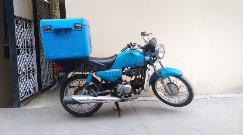食物交付的摩托车 免版税库存照片