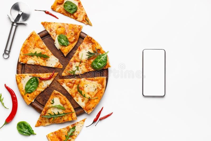 食物交付 比萨切片和智能手机有黑屏的 图库摄影