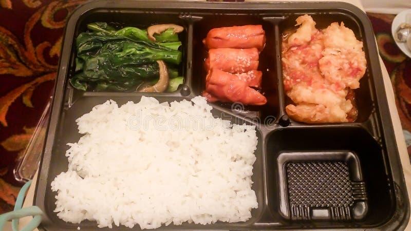 食物会议 被蒸的菜和米香肠黑匣子 图库摄影