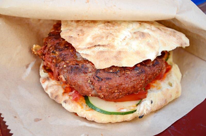 食物传统pljeskavica的塞尔维亚人 库存图片
