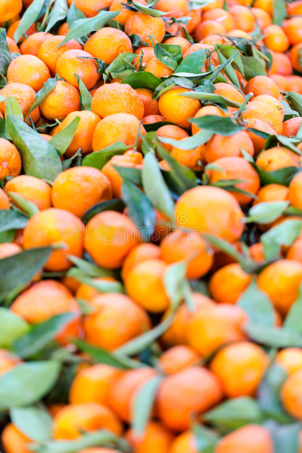 食物充分市场摊位与绿色叶子的新鲜的普通话 免版税库存图片