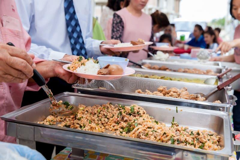 食物冲击承办的用餐吃分享概念的党 人小组承办的自助餐食物室内在豪华餐馆 库存照片
