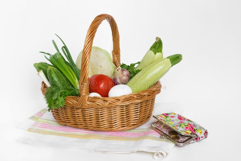 食物和杂货在一个柳条手提篮在一块餐巾在白色背景 消费者篮子 ?? ?? ?? 库存照片