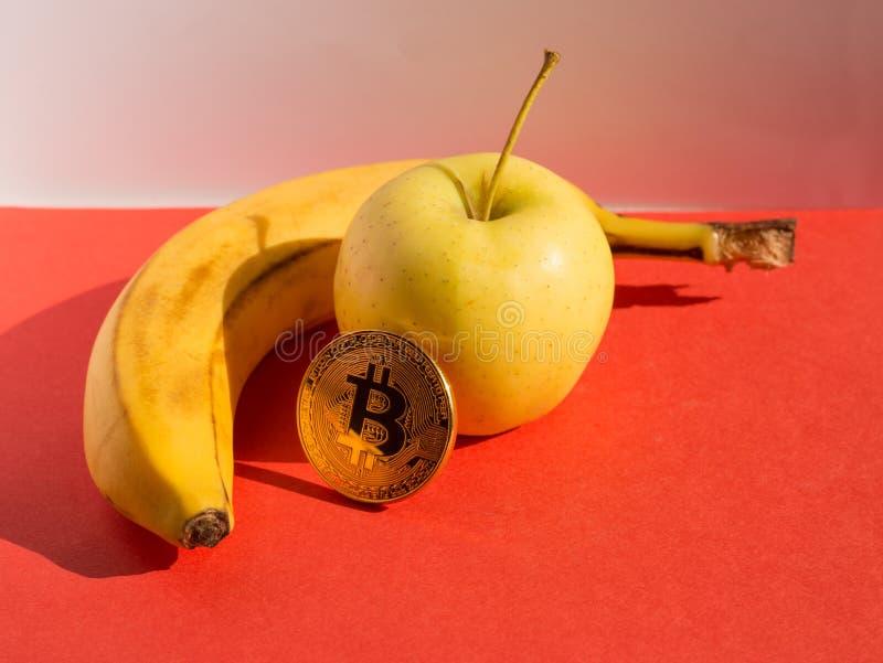食物和财政概念 果子被设置的和cryptocurrency 免版税图库摄影