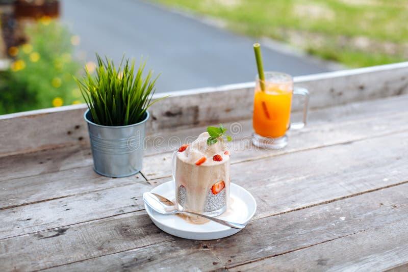食物和饮料,健康吃的和节食的概念 白色chia布丁用新鲜的莓果和冰淇凌和红萝卜 免版税库存照片