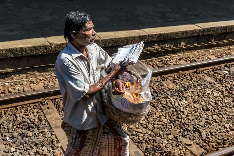 食物小贩运载在一个柳条筐的甜点在一个火车站 库存图片