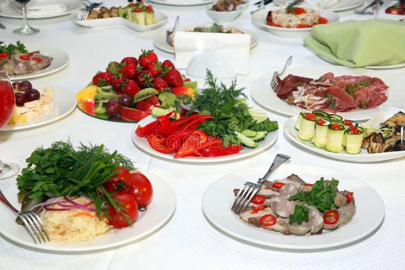 食物巨大品种在桌上的在餐馆 库存图片
