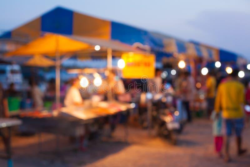 食物市场在乡下,泰国 背景的模糊的照片 免版税库存图片