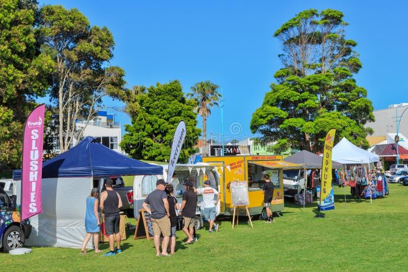 食物推车和帐篷在公园,登上Maunganui,NZ 免版税库存图片