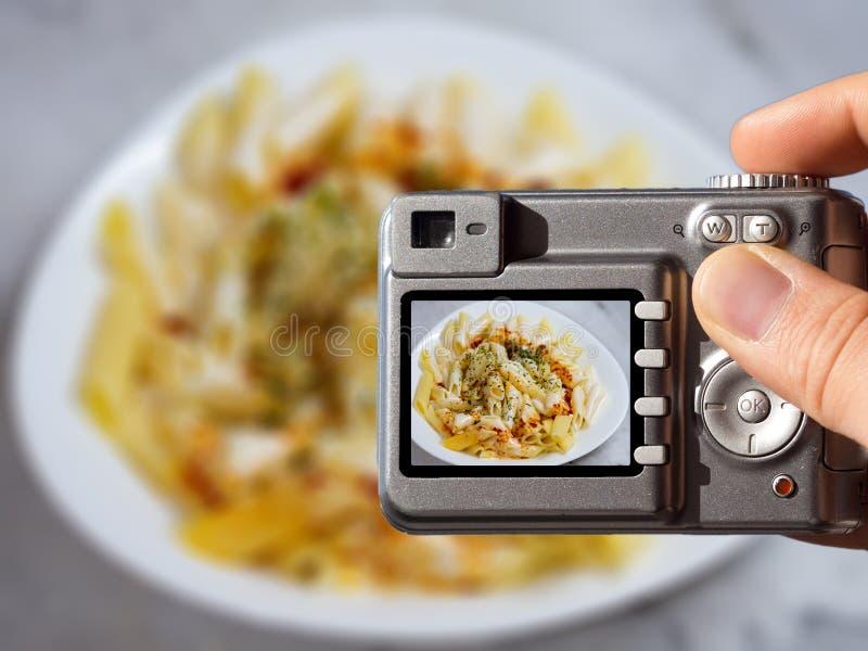 食物摄影概念照片 采取食物摄影的人 免版税库存图片