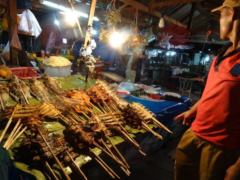 食物摊位在夜市场,琅勃拉邦,老挝上 库存照片