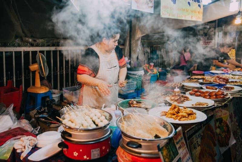 食物摊位在星期六晚上市场上,清迈,泰国 免版税图库摄影
