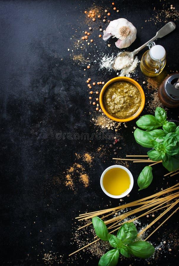 食物框架、意大利食物背景、健康食物概念或者成份烹调的pesto调味汁在葡萄酒背景 库存图片