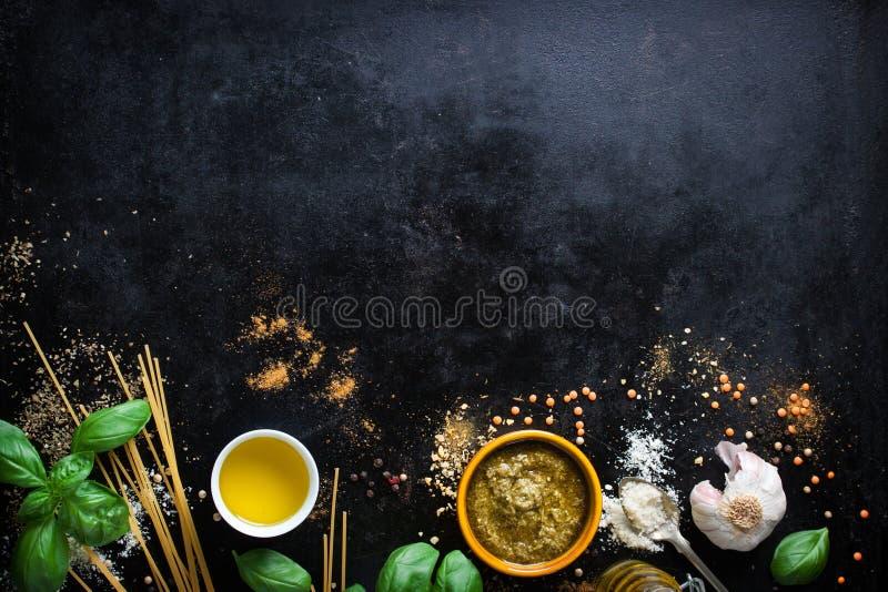 食物框架、意大利食物背景、健康食物概念或者成份烹调的pesto调味汁在葡萄酒背景 免版税图库摄影